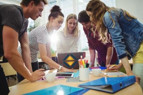 Fünf fröhliche, junge Leute in Freizeitkleidung brainstormen im Team, kreatives Team, Teamwork, Büro